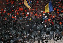 Фото: захисники майдану стримують навалу беркутівців