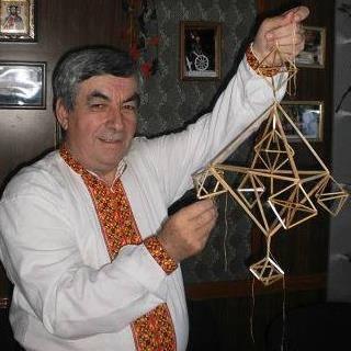 На фото: народний майстер  Дмитро Пожоджук з Космача зі своїм різдвяним павуком