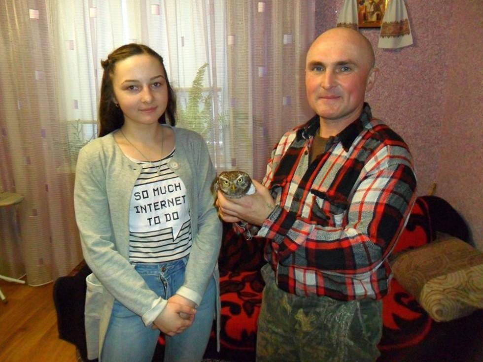 Сергій Назарчук та його донька із врятованим птахом